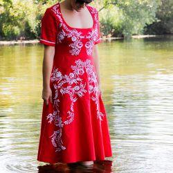 Robe rouge en lin, évasée, brodée à la main, manches courtes