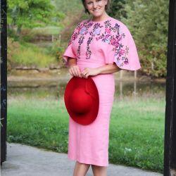 Robe rose droite, manches chauve souris ,brodée à la main.