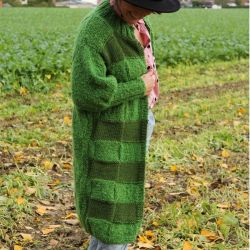 Gilet vert long tricoté main prêt à envoyer.