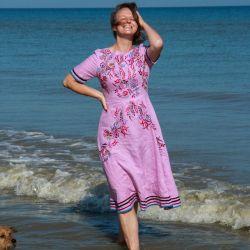 Robe femme en lin violet brodée à la main manches courtes dos ouvert